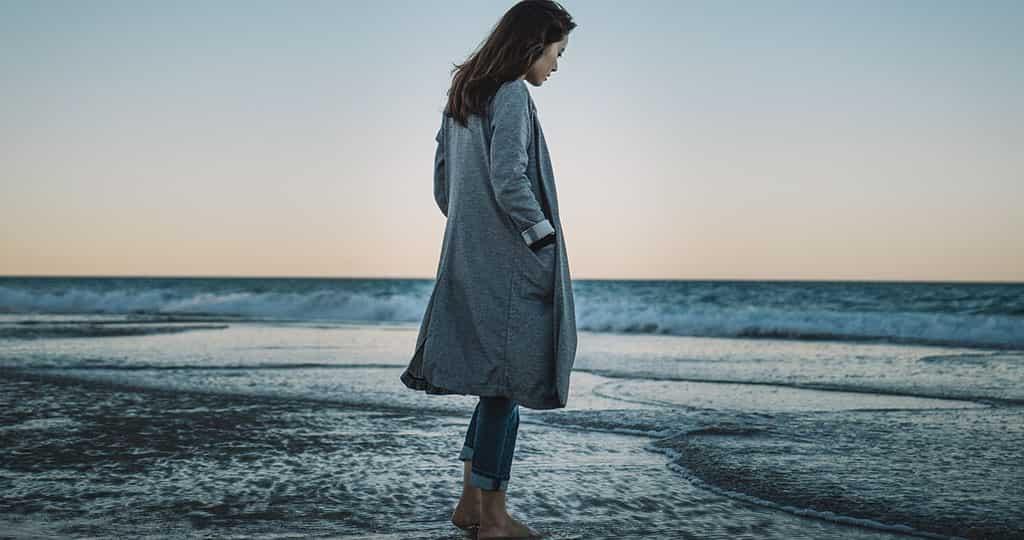 Mit Kleidung am Strand