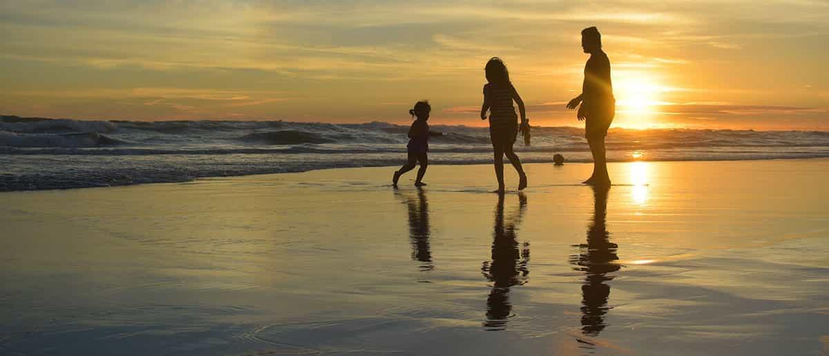 Familia feliz en playa de Málaga