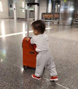 Babytragekoffer am Flughafen