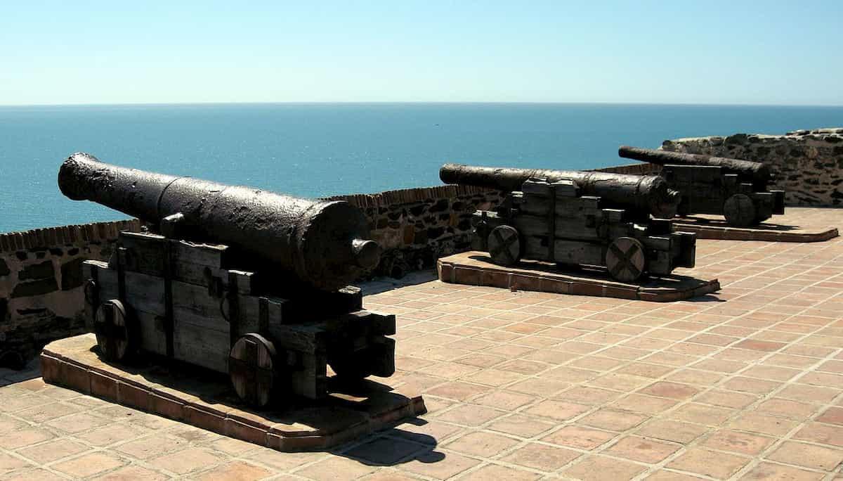 Alte Kanonen im Schloss Sohail