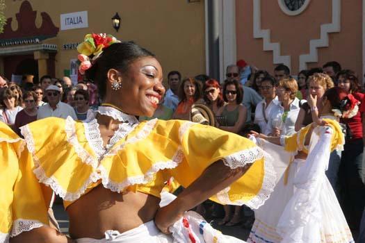 desfile de la Feria Internacional de los Pueblos en fuengirola