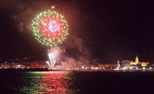 Foto de fuegos artificiales desde un barco