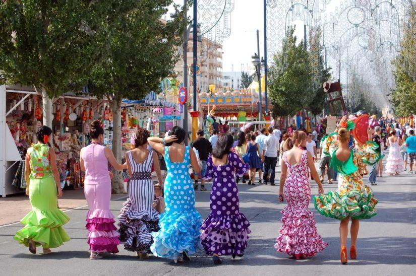 Mujeres vestidas para la feria