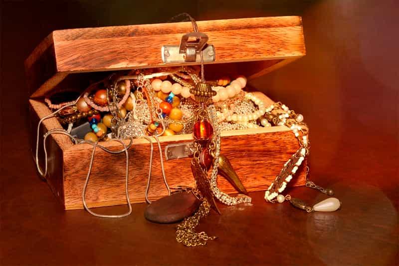 Tesoro con joyas y oro